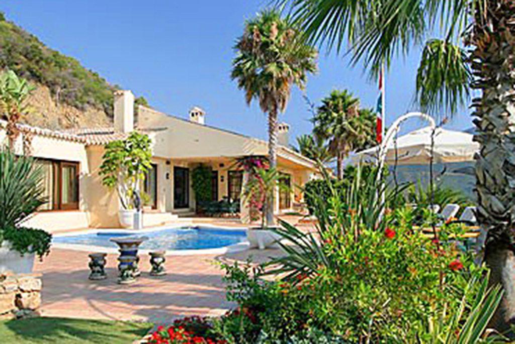 widok od strony basenu na ekskluzywną willę do sprzedaży w Hiszpanii (Costa del Sol, Marbella)