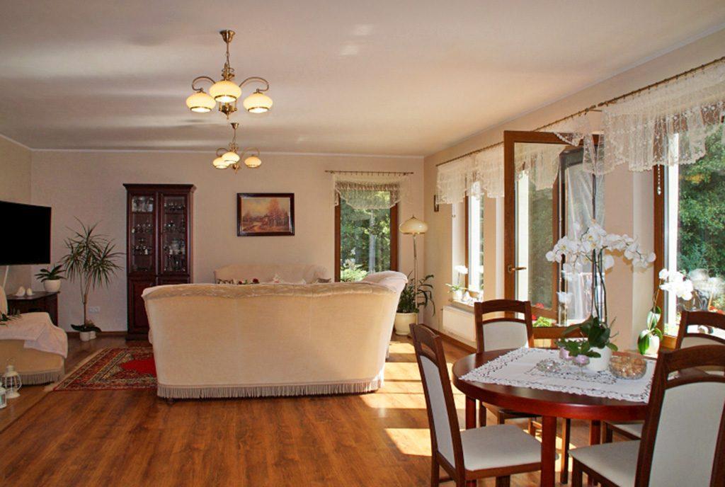 stylowe wnętrze salonu w ekskluzywnej willi do sprzedaży w okolicach Słupska