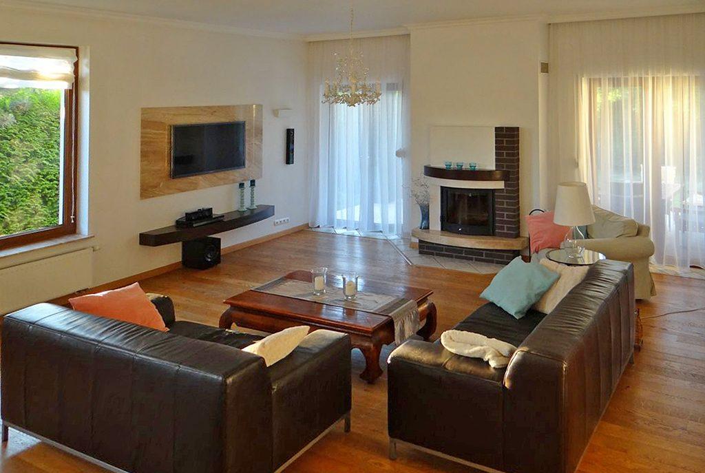 komfortowy salon z kominkiem w ekskluzywnej willi do saprzedaży w okolicy Szczecina
