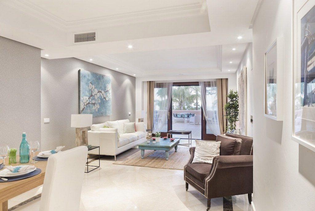 nowoczesny salon w ekskluzywnym apartamencie do sprzedaży Hiszpania (Costa del Sol, Estepona)