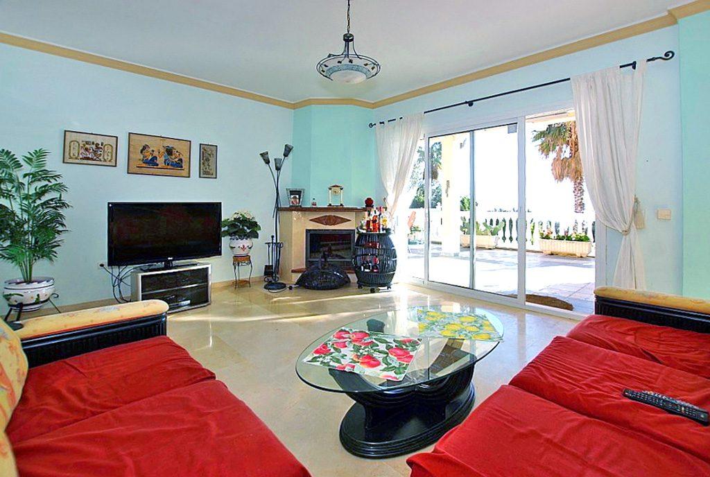 elegancki salon z kominkiem w willi do sprzedaży Hiszpania (Costa del Sol, Benalmadena, Fuengirola)
