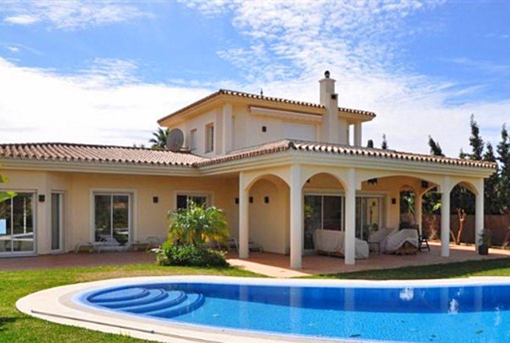 widok od strony basenu na ekskluzywną willę do sprzedaży Hiszpania (Costa del Sol, Marbella)