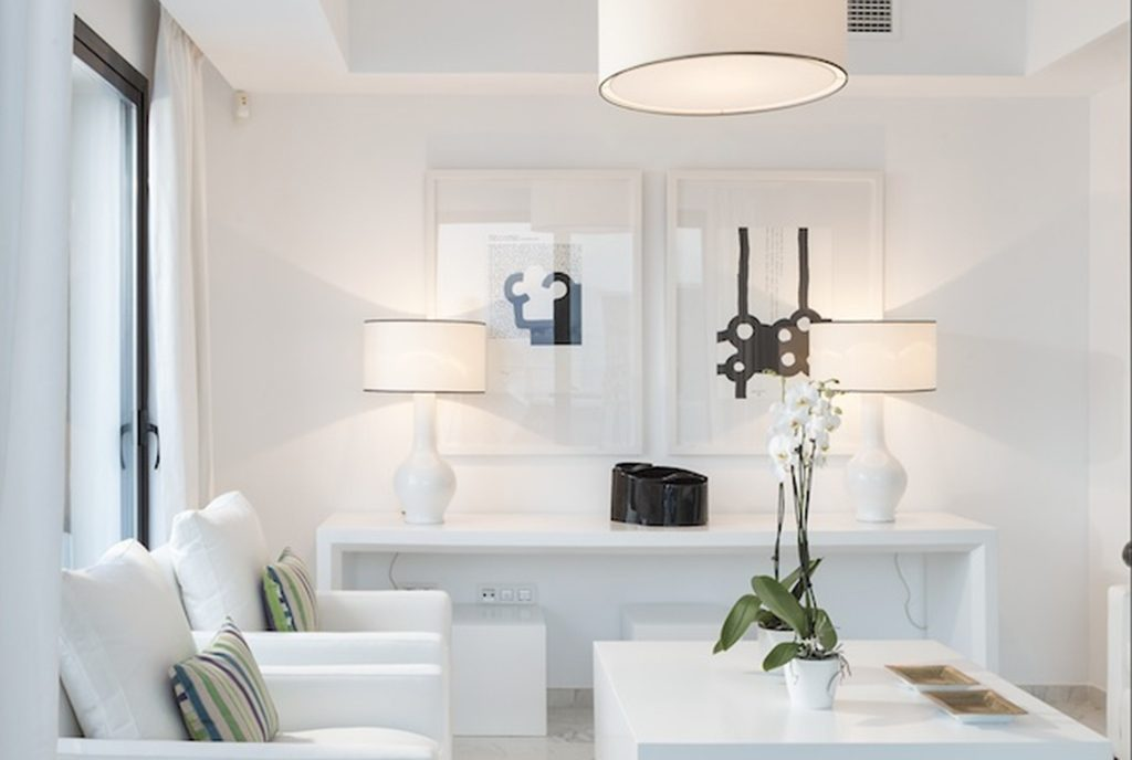 komfortowy salon w ekskluzywnym apartamencie do sprzedaży Hiszpania (Costa del Sol Estepona, Casares)