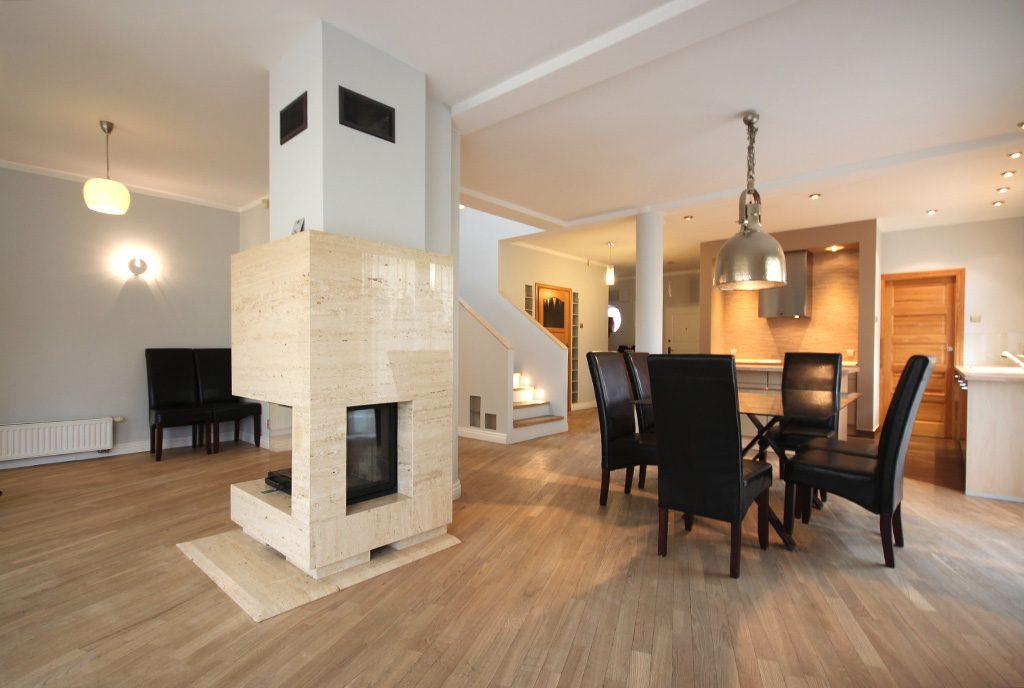 zbliżenie na kominek w ekskluzywnym salonie luksusowej willi do wynajęcia Szczecin (okolice)