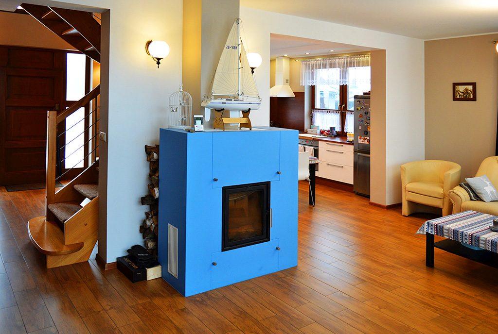 zbliżenie na luksusowy kominek w salonie ekskluzywnej willi do sprzedaży Piła (okolice)