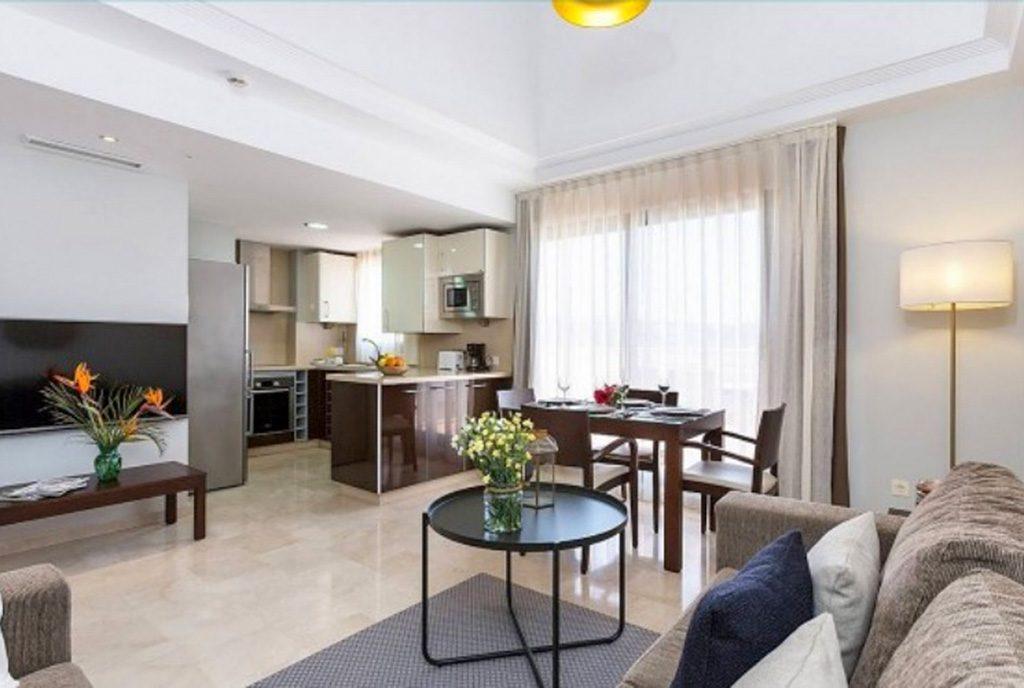 prestiżowe wnętrze salonu w ekskluzywnym apartamencie do sprzedaży Hiszpania (Estepona, Costa del Sol)