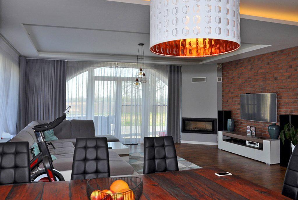 widok na salon z kominkiem w ekskluzywnej willi do sprzedaży Wrocław (okolice)