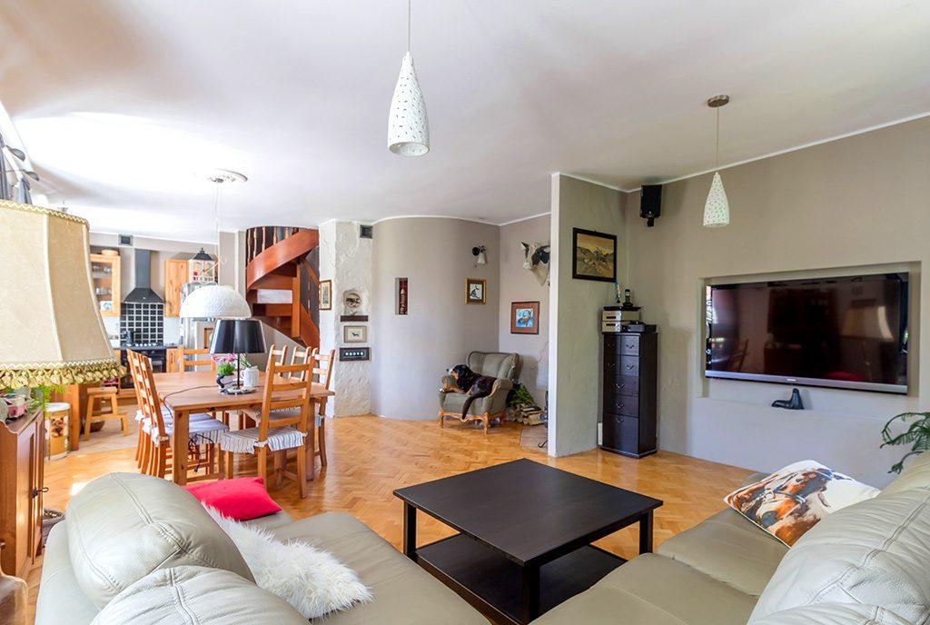 na zdjęciu komfortowy, luksusowy salon w ekskluzywnym apartamencie do sprzedaży Gdynia