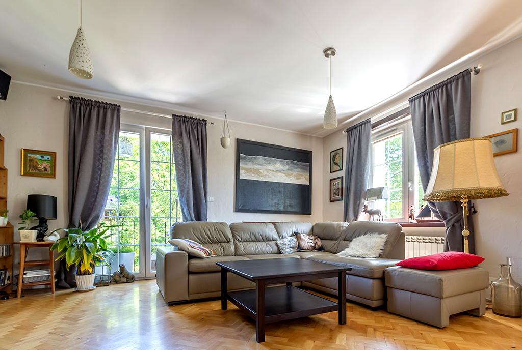 widok z bliska na elegancki salon w luksusowym apartamencie do sprzedaży Gdynia