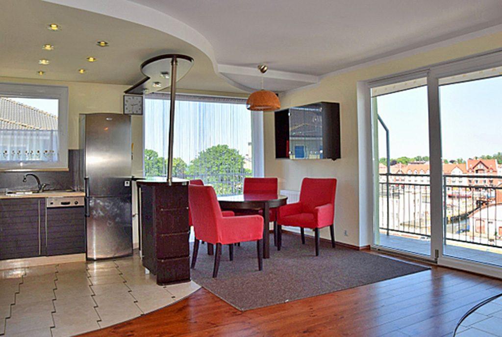słoneczne, przestronne wnętrze ekskluzywnego apartamentu do wynajęcia nad morzem