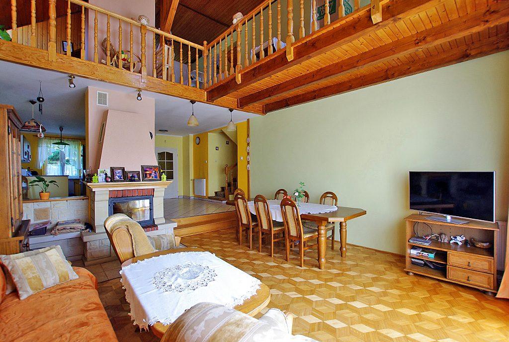 zaprojektowany w klasycznym stylu salon z kominkiem w ekskluzywnej willi do sprzedaży Legnica okolice