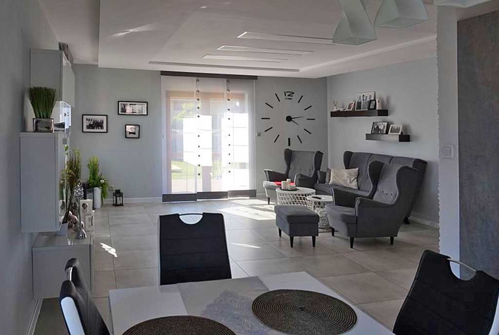 komfortowe wnętrze salon z zegarem w ekskluzywnej willi na sprzedaż Leszno (okolice)