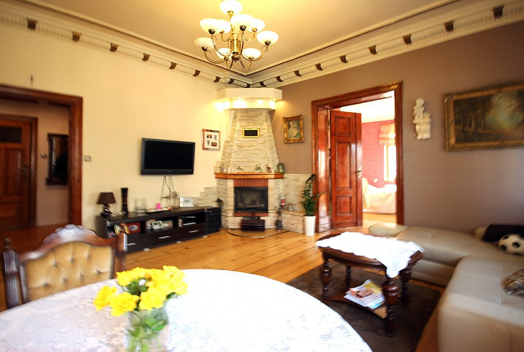 salon z kominkiem w ekskluzywnym apartamencie do sprzedaży Szczecin