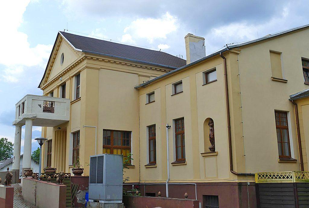 reprezentacyjne wejście do ekskluzywnego pałacu do sprzedaży w województwie kujawsko-pomorskim