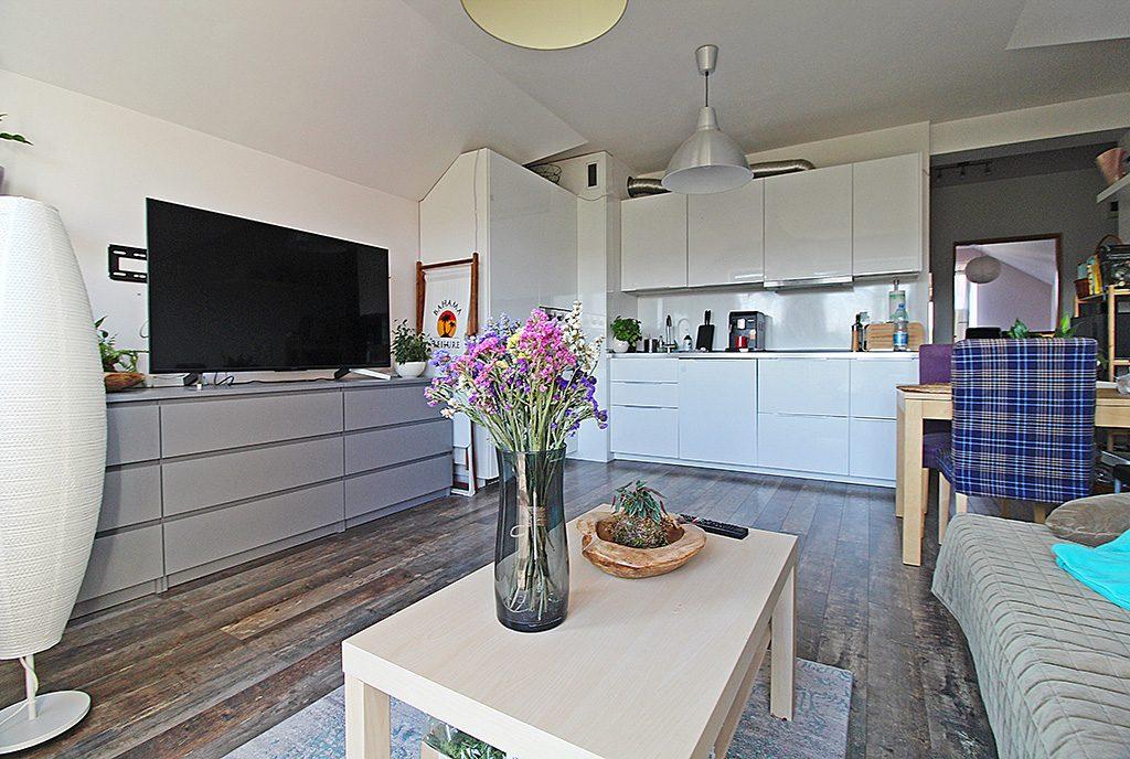 widok od strony salonu na aneks kuchenny w ekskluzywnym apartamencie do sprxzedaży Kraków