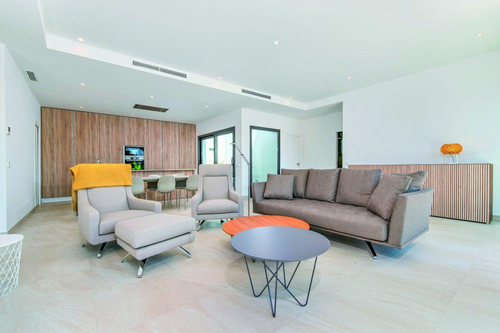 przestronny salon w ekskluzywnej rezydencji do sprzedaży Pilar De La Horadad (Hiszpania)