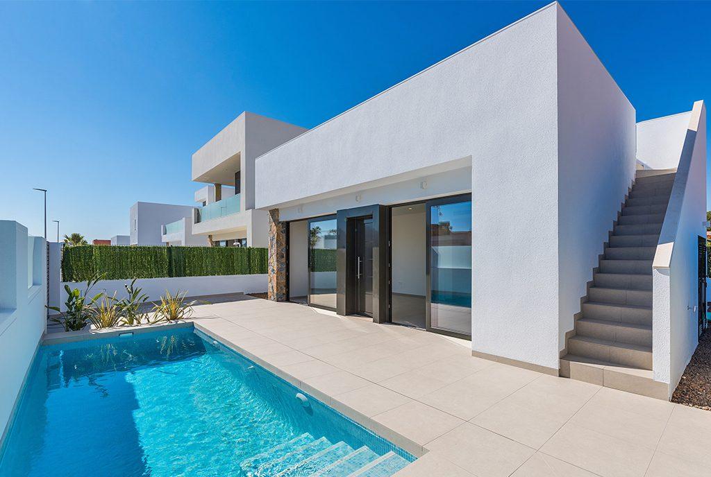 zdjęcie wykonane od strony basenu prezentujące luksusową rezydencję na sprzedaż Santiago De La Riber (Hiszpania)