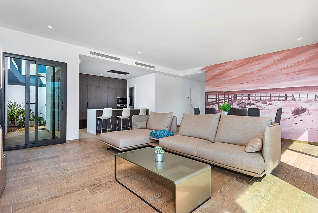 komfortowe i eleganckie wnętrze salonu w ekskluzywnej willi na sprzedaż Hiszpania (Pilar De La Horadada)