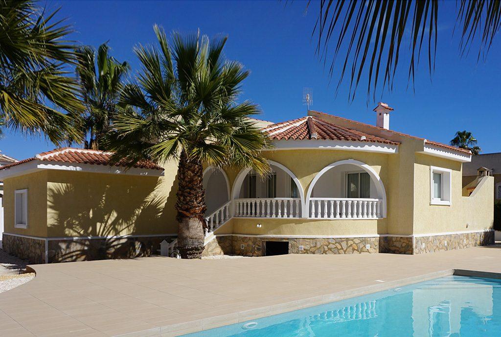 na zdjęciu basen przy ekskluzywnej willi do sprzedaży Hiszpania (Ciudad Quesad)
