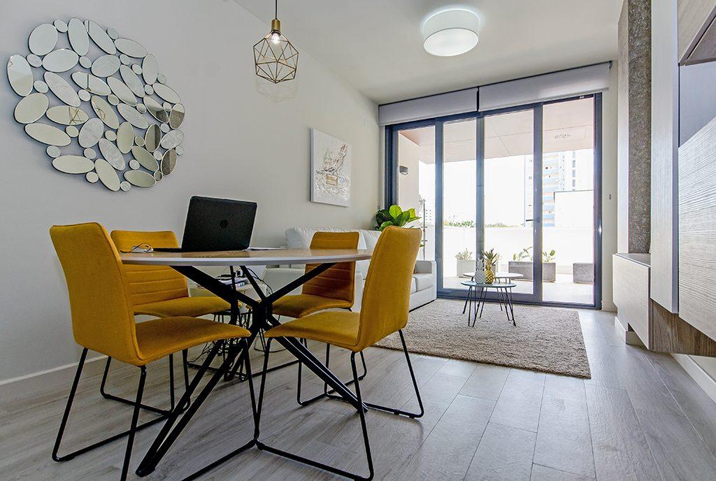 na pierwszym planie jadalnia, w oddali salon w ekskluzywnym apartamencie do sprzedaży Guardamar De Segur (Hiszpania)