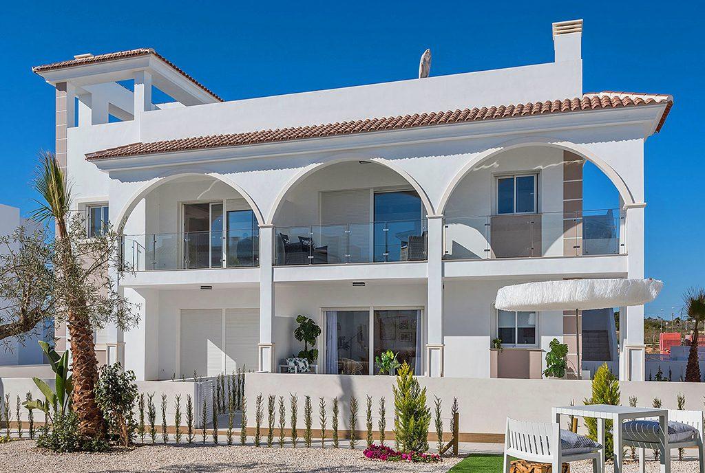 zaprojektowana w śródziemnomorskim stylu ekskluzywna bryła budynku, w którym mieści się oferowany na sprzedaż luksusowy apartament Hiszpania (Ciudad Quesad)