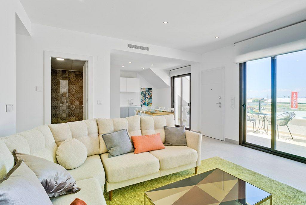 słoneczny salon i taras przy ekskluzywnym apartamencie do sprzedaży Pilar De La Horadad, Alicante (Hiszpania)