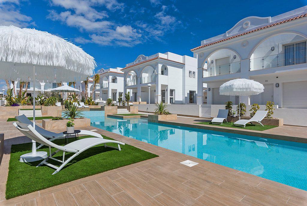 widok od strony basenu przy luksusowym apartamencie na sprzedaż Ciudad-Quesad-Hiszpania