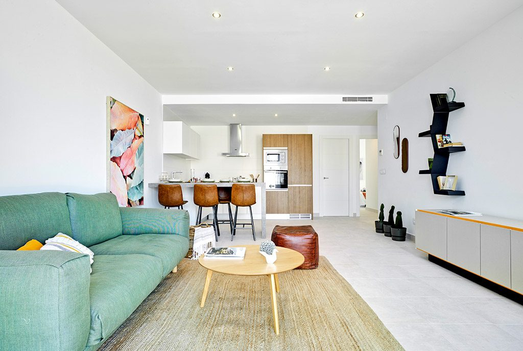 przestronne wnętrze salonu i aneksu kuchennego w luksusowym apartamencie do sprzedaży Hiszpania (Pilar De La Horadad)