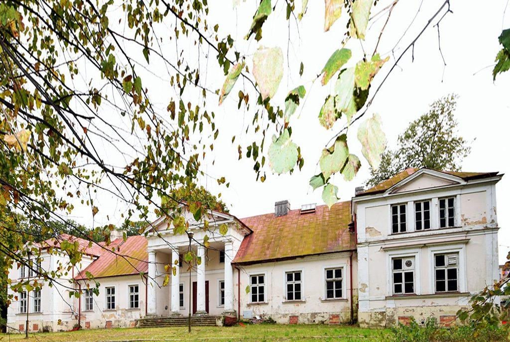 reprezentacyjna fasada i wejście z kolumnami do ekskluzywnego pałacu na sprzedaż w województwie lubelskim