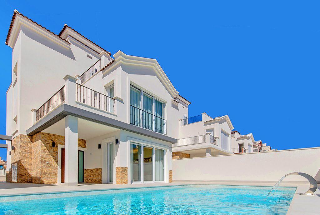 widok od strony basenu na ekskluzywną willę do sprzedaży Hiszpania (Torreviej)