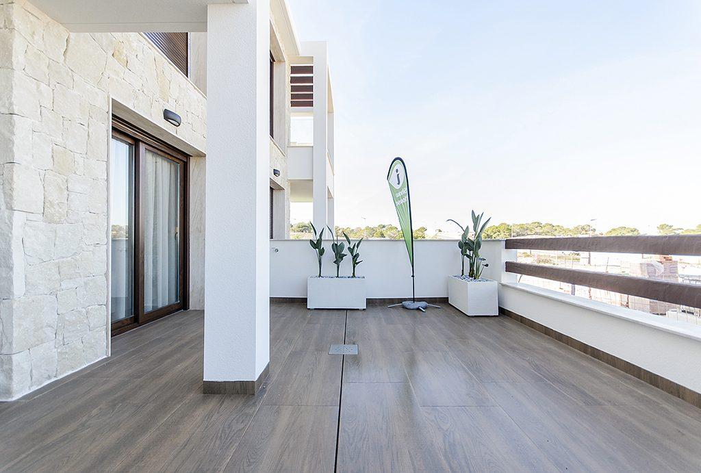 przestronny, widokowy taras przy ekskluzywnym apartamencie do sprzedaży Hiszpania (Torreviej)