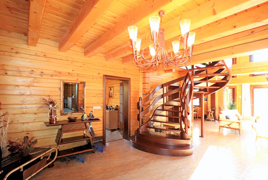 komfortowy i przestronny hol w luksusowej willi na sprzedaż Ustroń