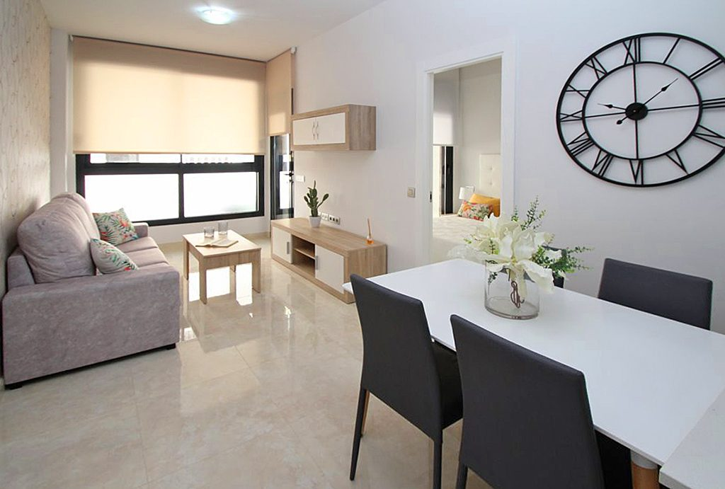 widok od strony jadalni na salon w ekskluzywnym apartamencie do sprzedaży Torreviej (Hiszpania)
