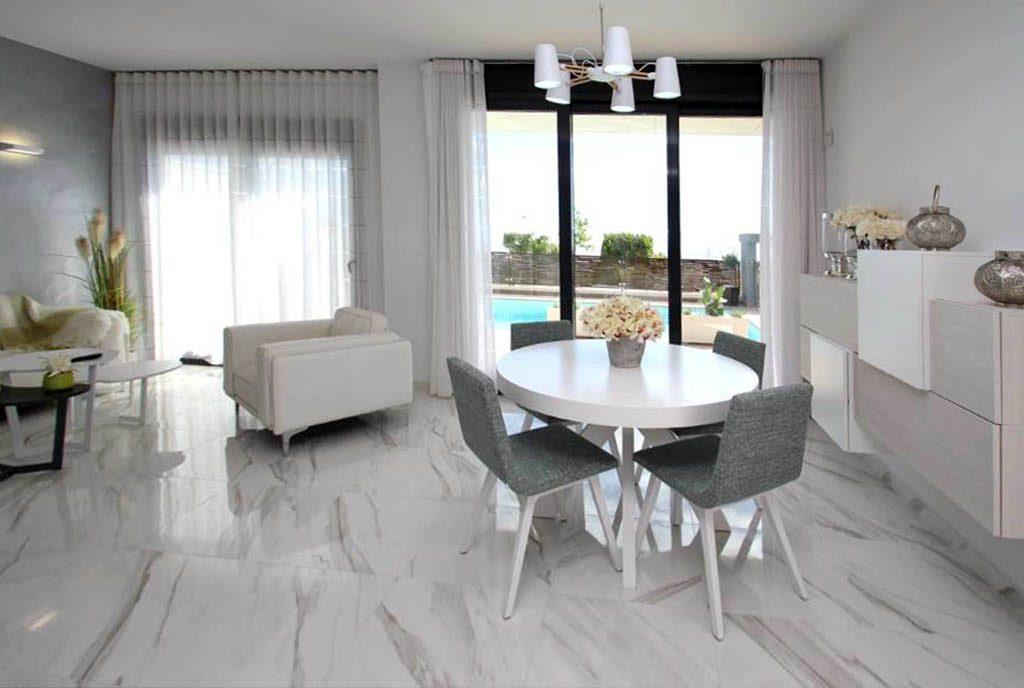 komfortowe wnętrze salonu w luksusowej rezydencji do sprzedaży Orihuela Cost (Hiszpania)