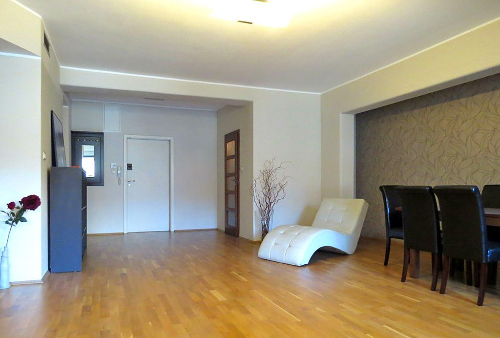 widok z innej perspektywy na jedno z pomieszczeń w luksusowym apartamencie do wynajęcia Wrocław