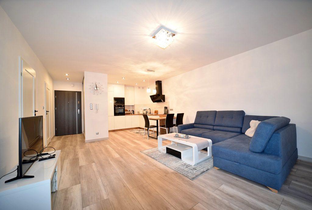 przestronne i komfortowe wnętrze ekskluzywnego apartamentu do wynajęcia Bolesławiec