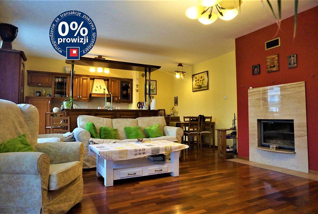 komfortowy salon z eleganckim kominkiem w luksusowym apartamencie do sprzedaży Wrocław