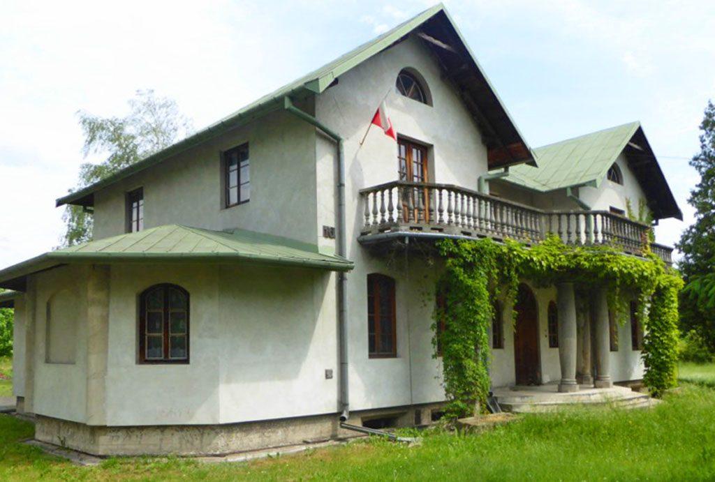 widok z boku na luksusowy dwór na sprzedaż Piotrków Trybunalski