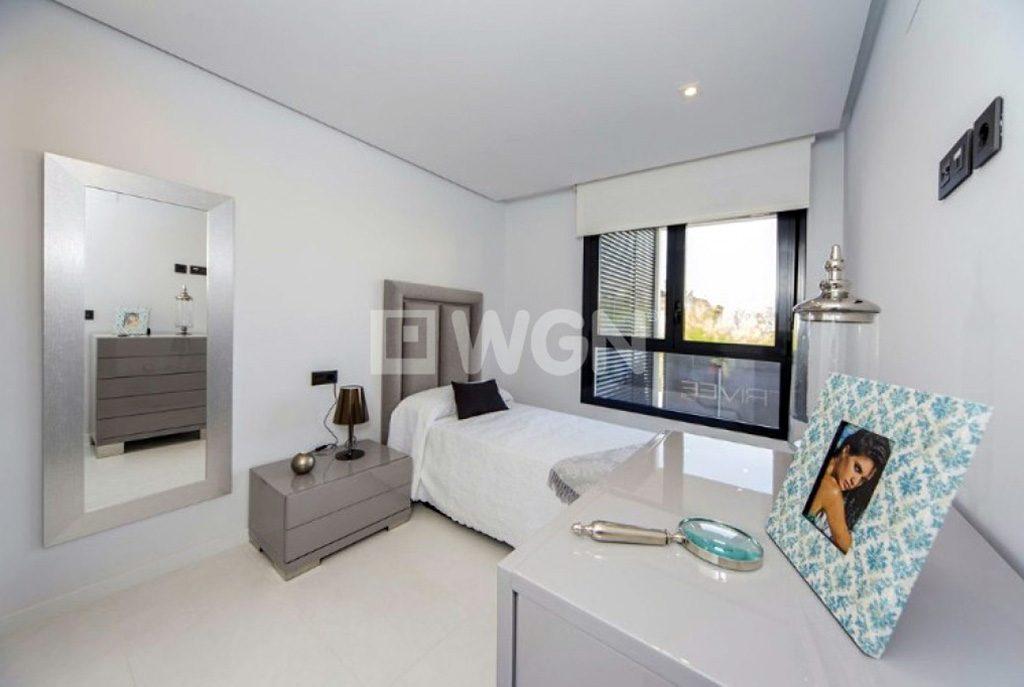 na zdjęciu komfortowy pokoi w luksusowym apartamencie na sprzedaż Hiszpania