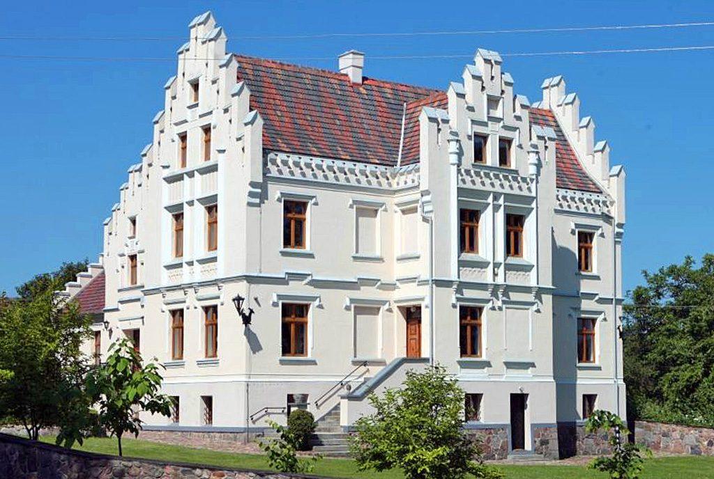 widok od strony ulicy na ekskluzywny pałac do sprzedaży Dolny Śląsk