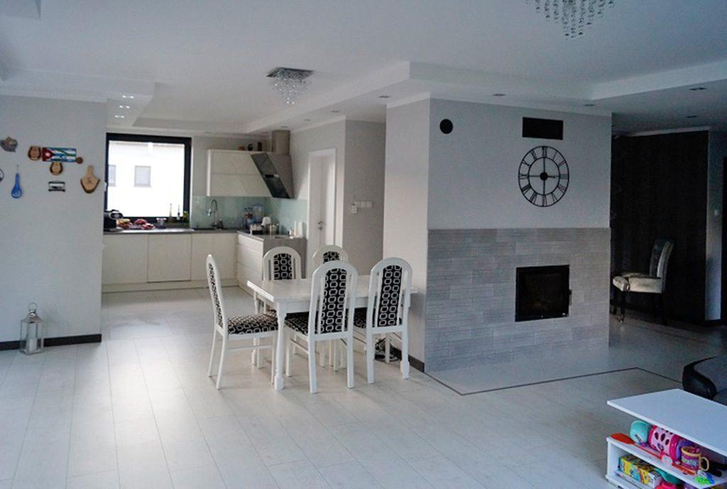 widok z salonu na aneks kuchenny i jadalnię w luksusowej willi na sprzedaż Konin (okolice)