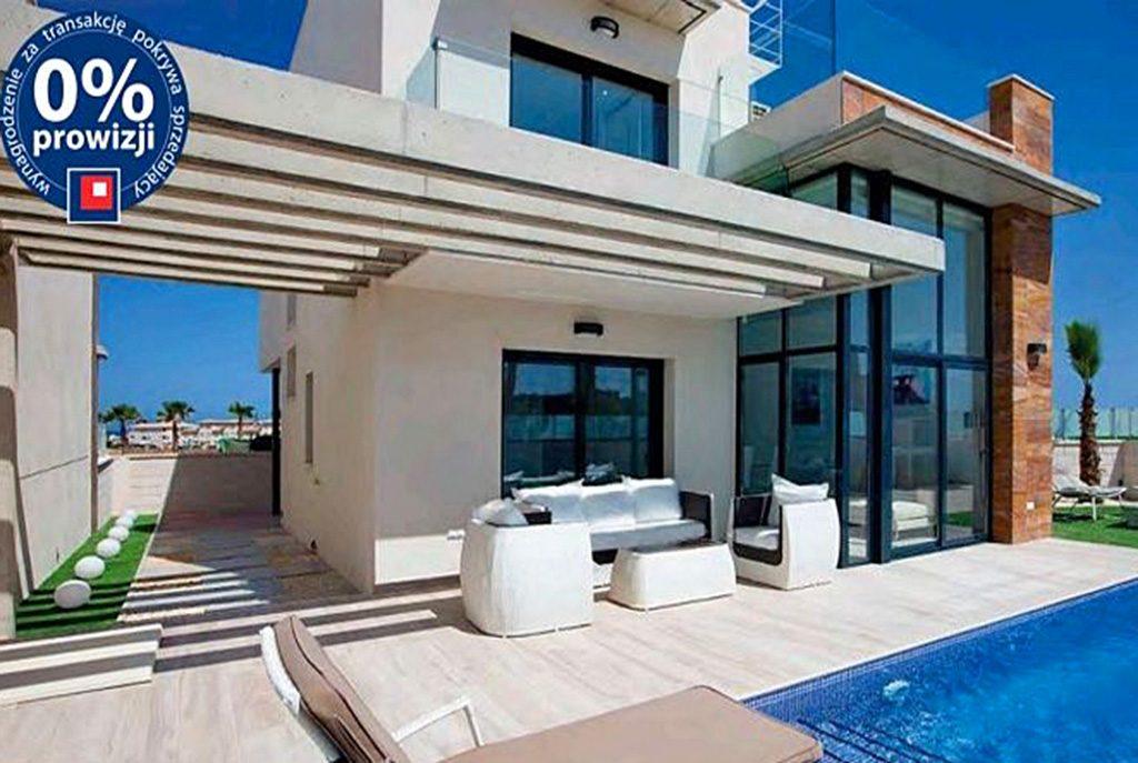 na zdjęciu ogromny taras i przepiękny basen przy ekskluzywnej willi na sprzedaż Hiszpania