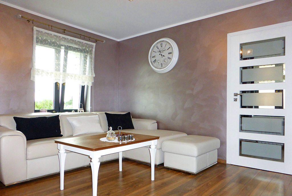 kameralny salon w ekskluzywnym apartamencie do sprzedaży Mazury
