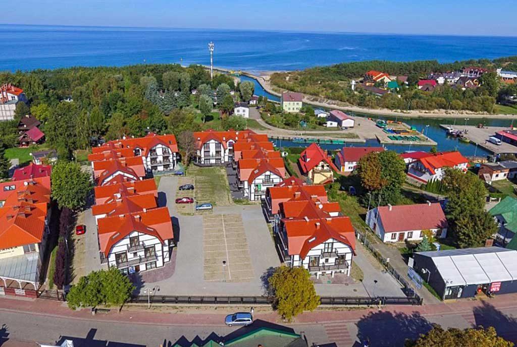 rzut z lotu ptaka pokazujący okolicę, gdzie mieści się oferowany do sprzedaży ekskluzywny apartament nad morzem