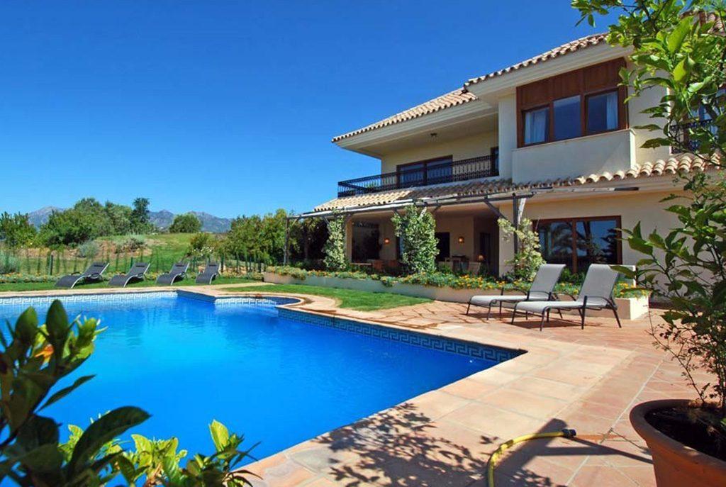 przepiękny basen przy luksusowej willi na sprzedaż Hiszpania