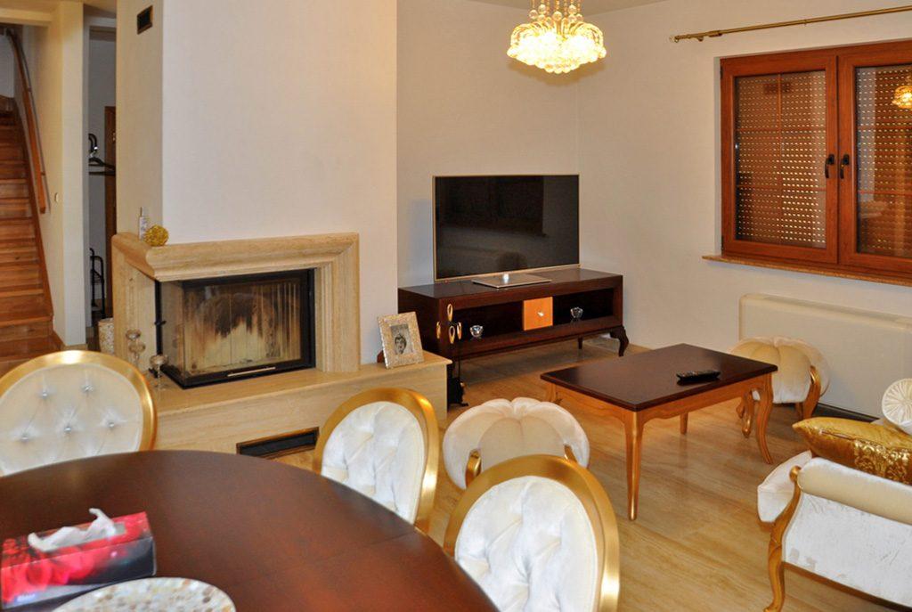 zbliżenie na kominek w salonie luksusowej willi na sprzedaż Wrocław (okolice)