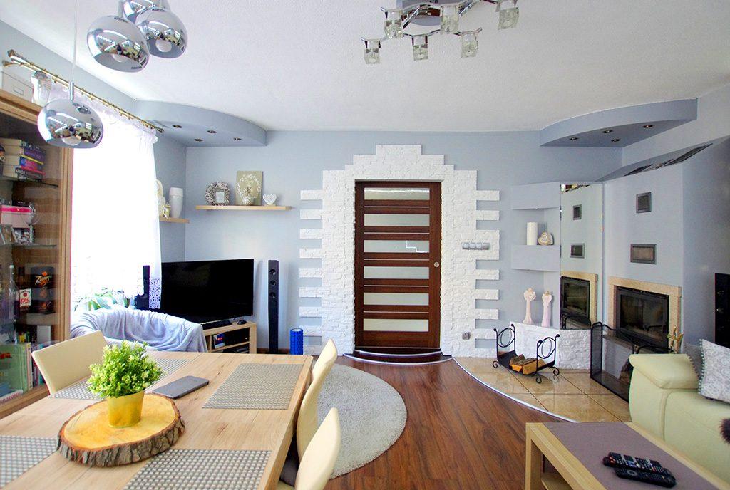 salon z kominkiem w luksusowym apartamencie do sprzedaży Legnica (okolice)