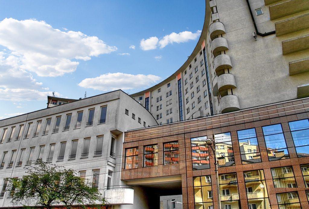 apartamentowiec w całej okazałości, gdzie mieści się oferowany do sprzedaży ekskluzywny apartament Warszawa