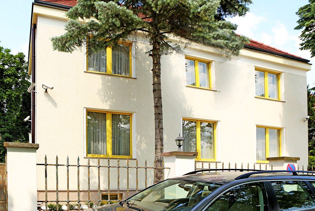widok od strony ulicy na ekskluzywną rezydencję do sprzedaży Warszawa