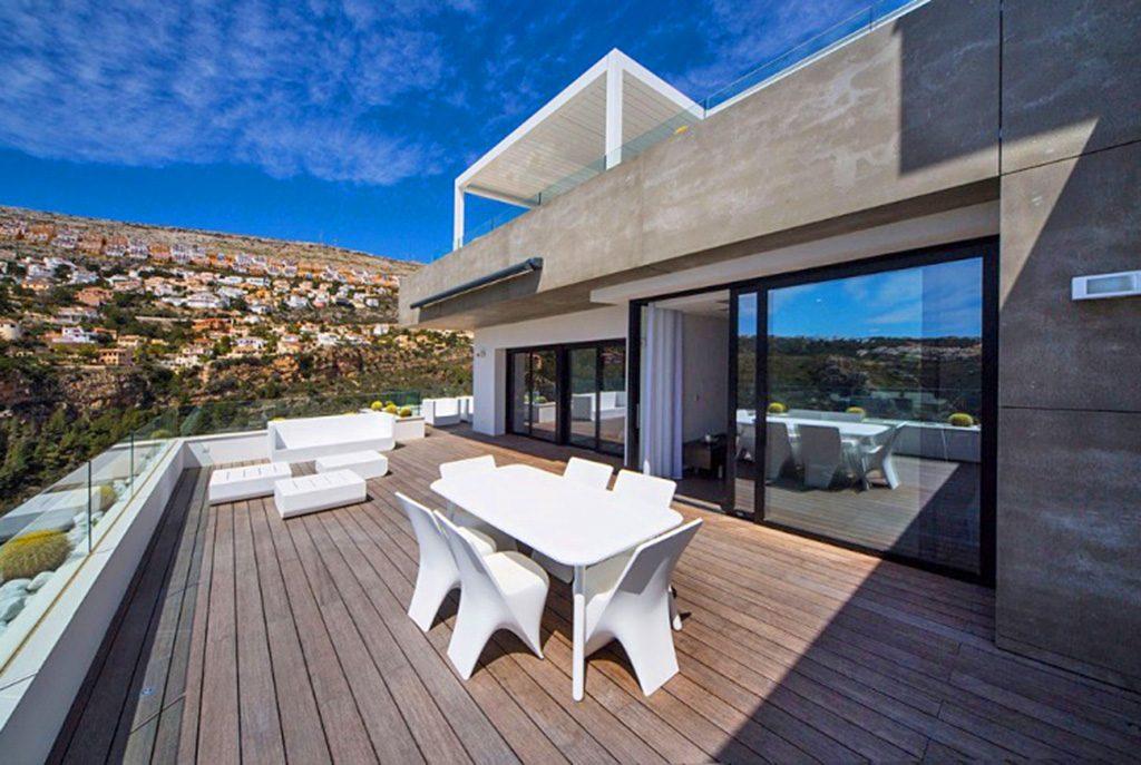 ogromny taras z zapierającym dech w piersiach widokami przy luksusowym apartamencie na sprzedaż Hiszpania